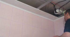 Монтаж потолка из пластиковых панелей